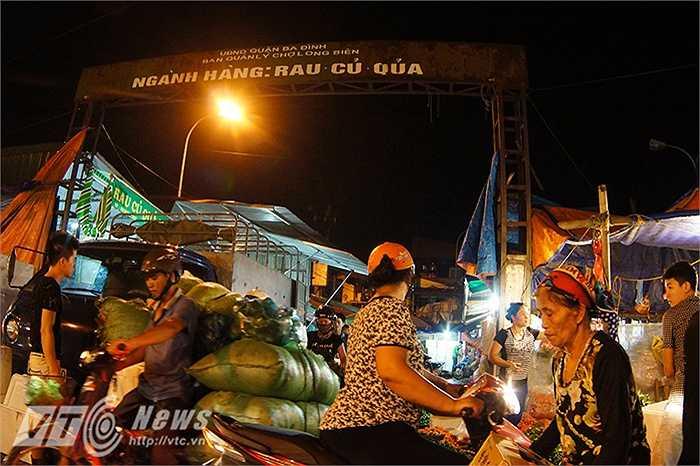 Chợ đêm Long Biên, là khu chợ hoa quả đầu mối nổi tiếng ở Hà Nội với mặt hàng kinh doanh chủ đạo là rau, củ, hoa quả cung cấp cho toàn TP Hà Nội.