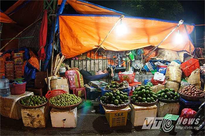 Năm 2014, chợ đầu mối Long Biên từng được tạp chí Conde Nast Traveler bình chọn là một trong bảy chợ trời thú vị nhất Thế giới, chợ Long Biên được đánh giá là nơi nên đến nhất trước khi mặt trời mọc.