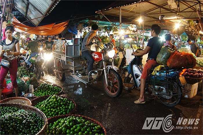 Khuôn viên trong chợ chật hẹp, khiến cho việc di chuyển hết sức khó khăn, thường xuyên xảy ra tình trạng ùn tắc.