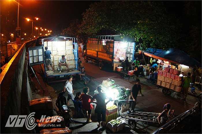 Chợ Long Biên thường bắt đầu họp vào khoảng 23 giờ đêm cho tới 5 giờ sáng hôm sau, thời điểm tấp nập, đông đúc nhất của chợ là vào khoảng 1 giờ sáng.