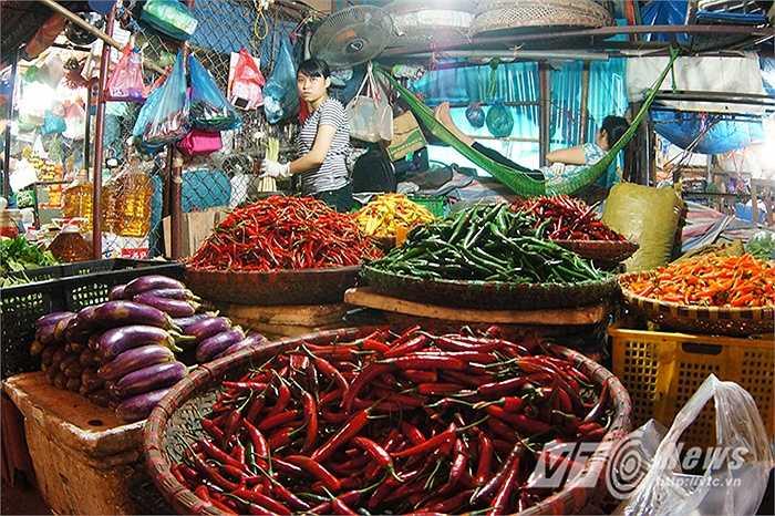 Cô Hương, một người bán hàng lâu năm ở trong chợ bày tỏ: 'Tôi bán hàng ở trong chợ này dễ cũng đến cả chục năm nay, nếp sinh hoạt ngủ ngày cày đêm giờ cũng đã thành quen, giờ nếu chợ đóng cửa thì quả thật không biết lấy gì mà kiếm sống.'