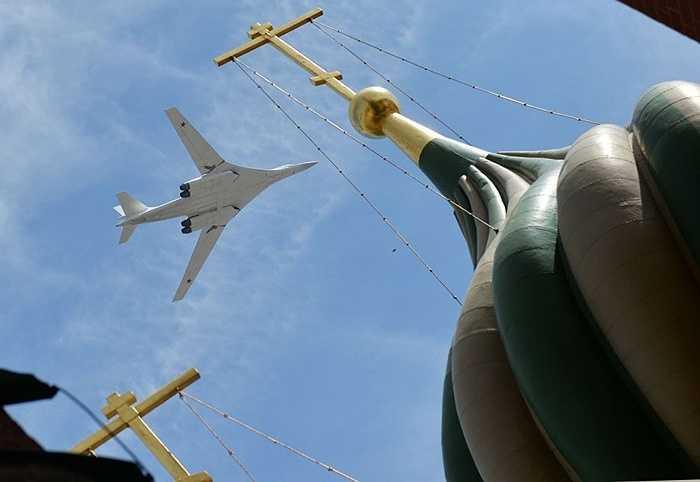 Tu-160 là loại máy bay chiến đấu hạng nặng chiến lược của Nga, được không quân Nga gọi tên là Thiên nga trắng