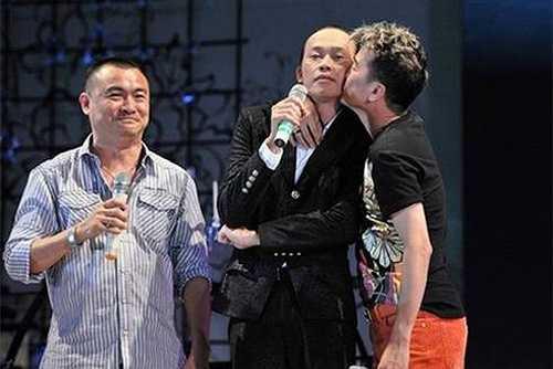 Đàm Vĩnh Hưng hôn má Hoài Linh trong một sự kiện. (Nguồn: Dân Việt)