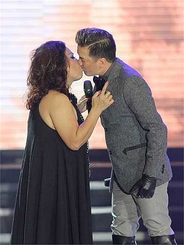 Bất ngờ xuất hiện tại liveshow Dấu ấn của Siu Black vào hồi đầu tháng 3.2015, Đàm Vĩnh Hưng đã không ngần ngại thể hiện tình cảm của mình với đàn chị bằng một nụ hôn.