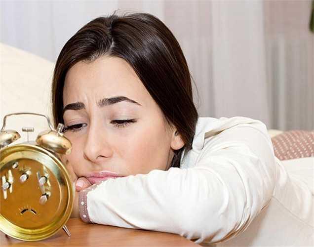 3. Mất ngủ: Nếu bạn không ngủ đủ giấc vào ban đêm, cơ thể bạn sẽ không được nghỉ ngơi. Do đó, việc sản xuất leptin, hormone làm cho bạn cảm thấy no giảm, và ghrelin bắt đầu làm cho bạn đói