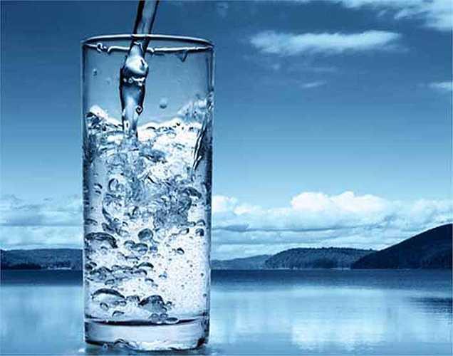 4. Mất nước: Vùng hạ đồi của não chịu trách nhiệm về cảm giác đói và khát. Nếu bạn không uống nước trong thời gian dài, bạn cũng sẽ thấy đói. Lúc đó, bạn không nên ăn luôn mà nên bổ sung nước xem tình trạng đói có giảm đi không.