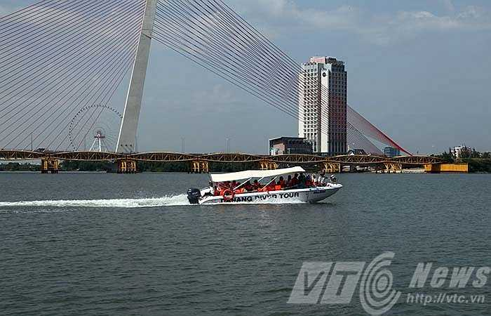 Mất chừng 20 di chuyển bằng ca nô cao tốc, du khách sẽ được ngắm 5 cây cầu độc đáo trên sông Hàn và thả mình trong không gian của vịnh Đà Nẵng khi nhìn về thành phố.
