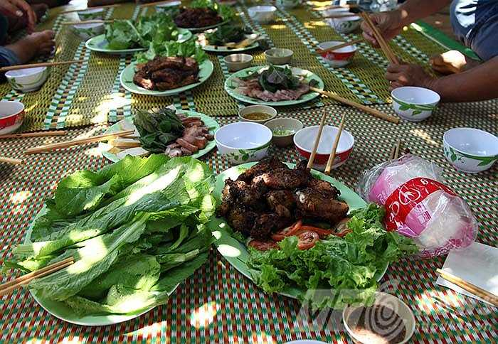 và tận hưởng những món ăn dân dã do chính người dân địa phương chế biến.  Thực hiện: Xuân Mai