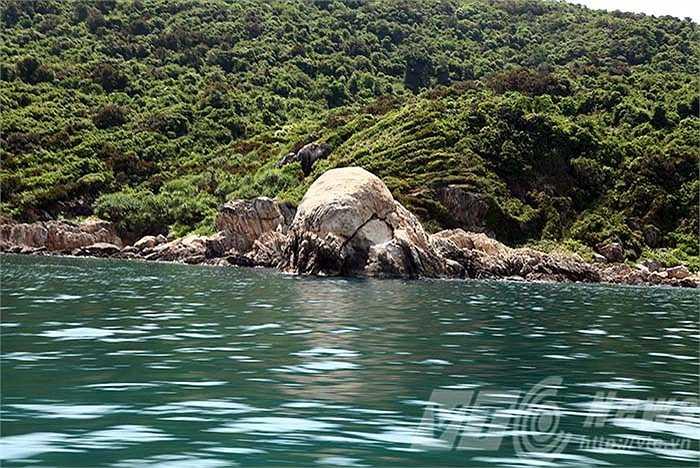 Những mõm đá kỳ thú, như những chú cá voi nằm phơi mình dưới nắng biển