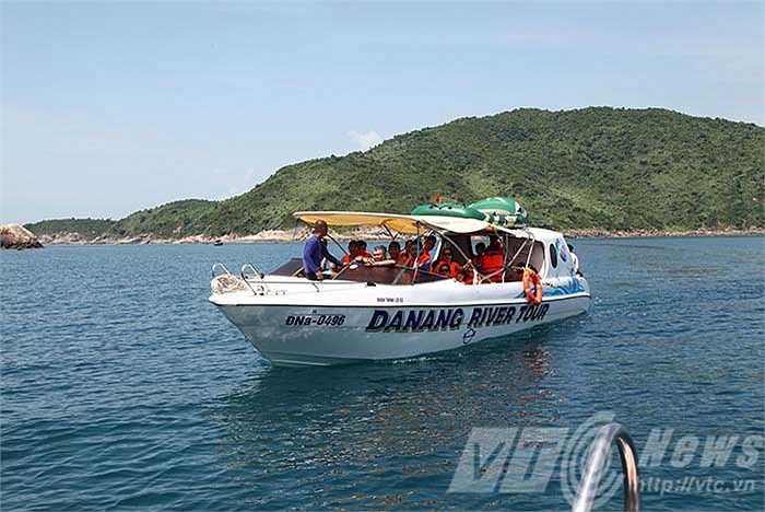 Mất chừng 5 phút di chuyển từ bãi Sụng Cỏ, du khách có mặt tại đảo Ngọc để khám phá đáy đại dương