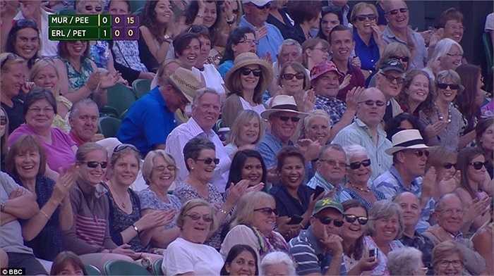 Rất nhiều khán giả có mặt tại sân trung tâm Wimbledon đã trầm trồ trước cú ném của Becks