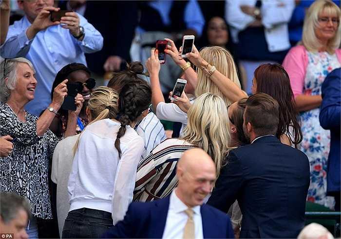 Rất đông CĐV muốn chụp hình chung với ông xã của Victoria