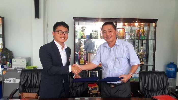 GĐĐH PVF - Nguyễn Xuân Nam (bên phải) trong buổi kí kết hợp tác với đội bóng Busan l'park của Hàn Quốc (Ảnh: PVF)