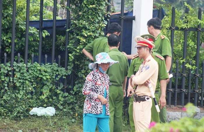 Chiều 9/7, hàng chục điều tra viên nhiều kinh nghiệm từ các đơn vị của Bộ Công an được tăng cường vào Bình Phước tích cực khám nghiệm hiện trường vụ thảm sát 6 người - Nguồn ảnh: Zing