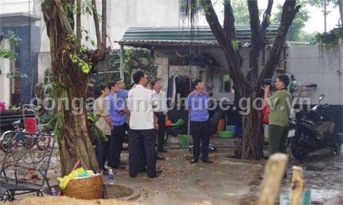 Phạm vi tìm kiếm được mở rộng ra xung quanh xưởng gỗ của công ty Quốc Anh, với hy vọng sẽ tìm thấy thêm nhiều dấu vết hung thủ - Nguồn ảnh: conganbinhphuoc.gov.vn