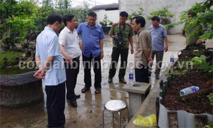 Thiếu tướng Hồ Sỹ Tiến (áo xanh), Cục trưởng Cục Cảnh sát điều tra tội phạm về trật tự xã hội (Tổng Cục cảnh sát, Bộ Công an)chỉ đạo công tác điều tra - Nguồn ảnh: conganbinhphuoc.gov.vn