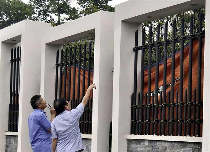 Mọi ngóc ngách trong khuôn viên hàng nghìn m2 của gia đình ông Lê Văn Mỹ được soi kỹ. Cơ quan điều tra đã phát hiện nhiều dấu vân tay khác nhau trên tường rào - Nguồn ảnh: Vnexpress
