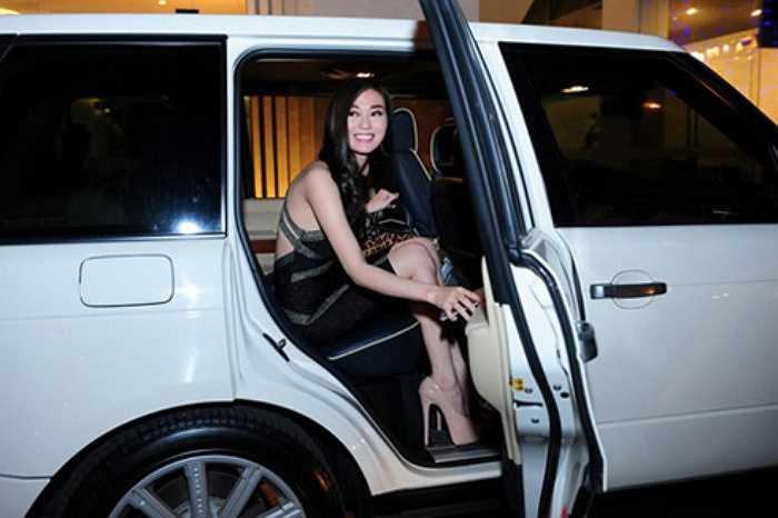 Người đẹp phim Mỹ nhân Sài thành đến buổi tiệc cuối năm bằng chiếc xế hộp Range Rover có giá hơn 3 tỷ thay vì chiếc BMW cô vẫn thường đi lại. Đây là dòng xe được nhiều người đẹp Việt yêu chuộng như Trà Ngọc Hằng, Thanh Hằng