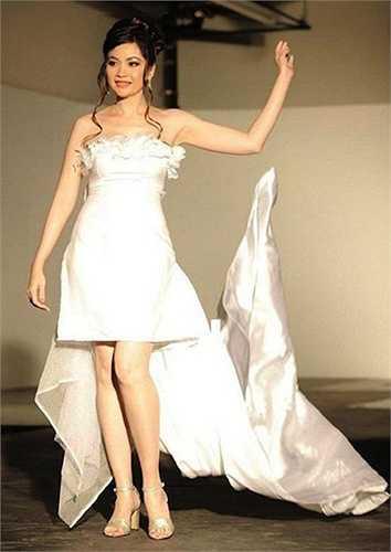 Hình ảnh hiếm hoi của cô trên sàn catwalk.