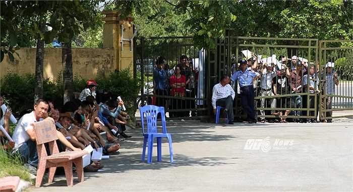 Còn nhớ, cổng VFF đã bị đạp đổ khi nhiều khán giả không mua được vé xem trận U19 Việt Nam-U19 Nhật Bản. Có thể thấy, VFF cố gắng để đảm bảo không lặp lại sự cố đáng tiếc kể trên.(Ảnh: Phạm Thành)