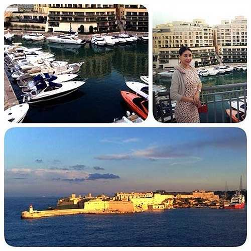 Cô từng ghé thăm hòn đảo Malta tuyệt đẹp. 'Cuối cùng thì mình cũng được đặt chân lên hòn đảo tuyệt đẹp này - Malta. Đứng từ xa ngắm nhìn thành phố lúc hoàng hôn lại càng thấy đẹp hơn'.