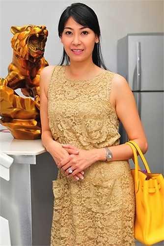 Tuy không khoe khoang, nhưng ai cũng biết tủ đồ hiệu của Hoa hậu Việt Nam 1992 không thiếu những món đồ lên đến hàng trăm triệu đồng.
