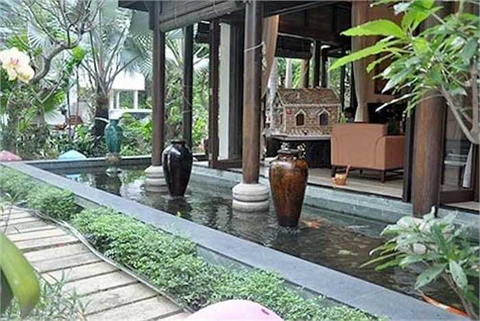 Gia đình cô hiện đang sống trong một căn biệt thự vườn rộng 500m2, tọa lạc ở khu biệt thự quận 2 đường Lương Định Của, TP.HCM.