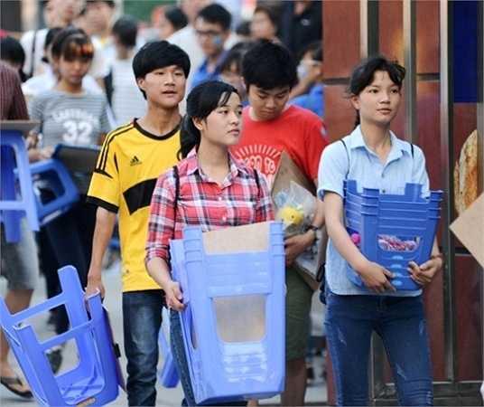 Từ 6 giờ sáng, các thí sinh đã có mặt tại trường Đại học Kiến trúc.