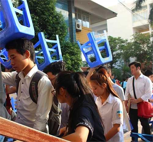 Hình ảnh thí sinh xếp hàng, đội ghế lên đầu đã trở nên quen thuộc tại trường ĐH Kiến trúc mỗi mùa thi