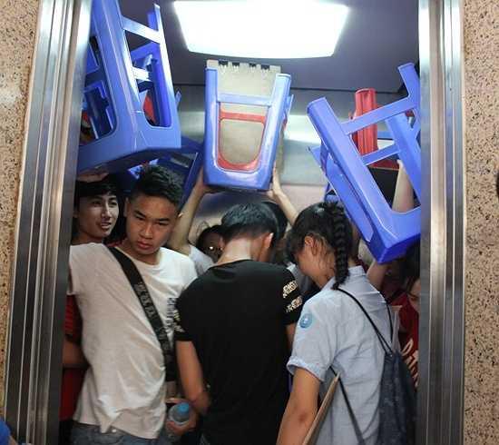 Thí sinh thi ở tầng cao thì xếp hàng vào thang máy.
