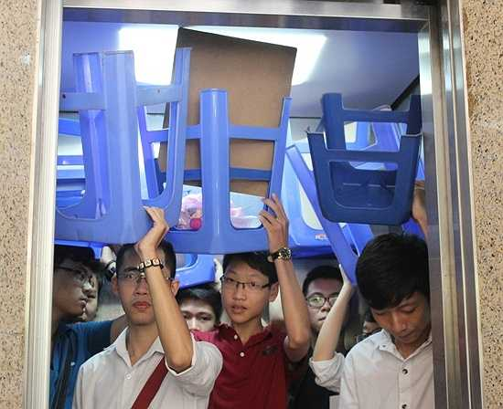Nhà trường hỗ trợ thang máy cho các thí sinh thi ở tầng trên.