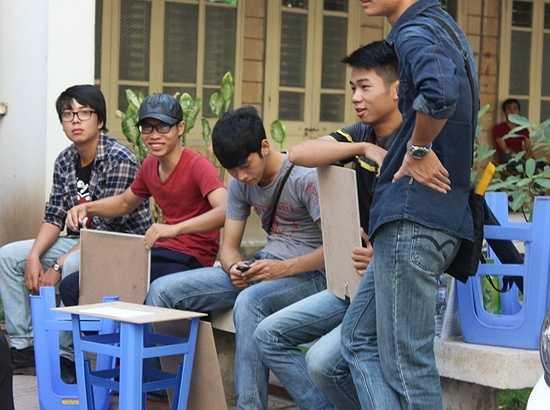 Nhiều thí sinh mang ghế từ nhà tới trường thi để đỡ tốn kém.