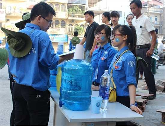 Lực lượng tình nguyện viên cũng có mặt từ sáng sớm để giải đáp thắc mắc giúp sĩ tử và người nhà.