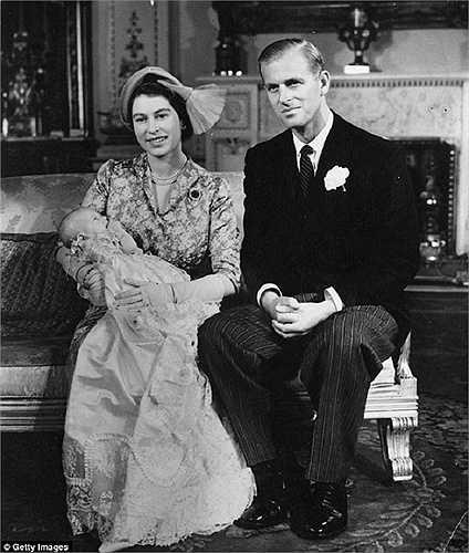 Nữ hoàng Elizabeth II cùng chồng là công tước xứ Edinburgh bế Công chúa Anne trong lễ rửa tội cho công chúa