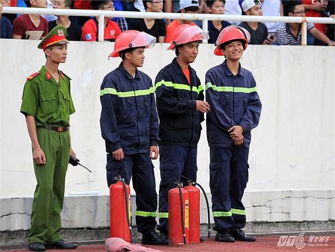 Phối hợp với ban quản lý sân thực hiện tốt công tác phòng chống cháy nổ. (Ảnh: Quang Minh)
