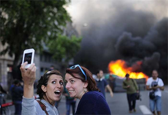 Selfie cả trong khu vực hỗn loạn, và các tình huống khẩn cấp