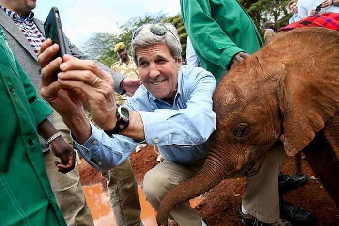 Ngoại trưởng Mỹ John Kerry cũng không nằm ngoài xu hướng này