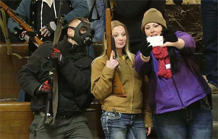 Một người Matxcơva bị chấn thương đầu do vô tình nổ súng khi đang selfie với một khủng súng lạ