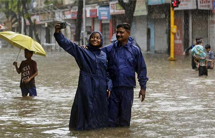 Thậm chí ngay cả mưa bão cũng không thể ngăn được những người thích selfie
