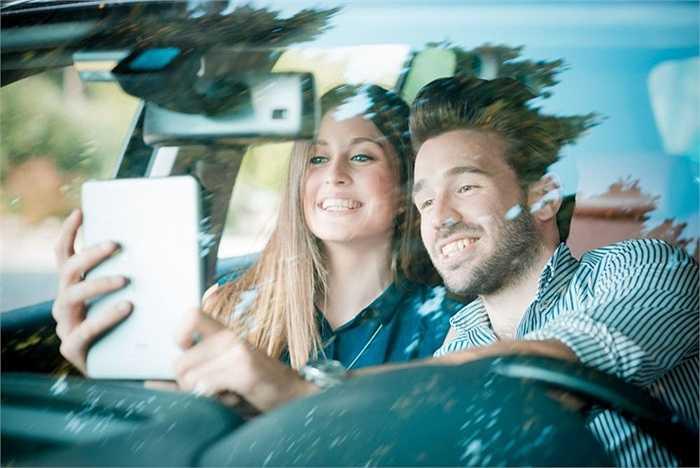Bị phân tâm bởi selfie khi đang cầm lái