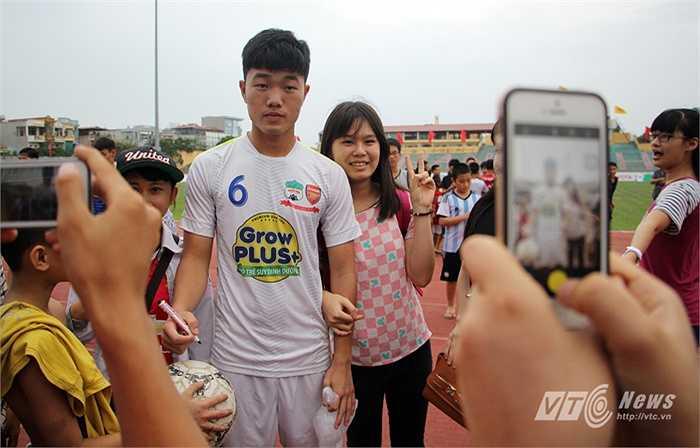Tiền vệ đội trưởng Lương Xuân Trường cũng được săn đón không kém.