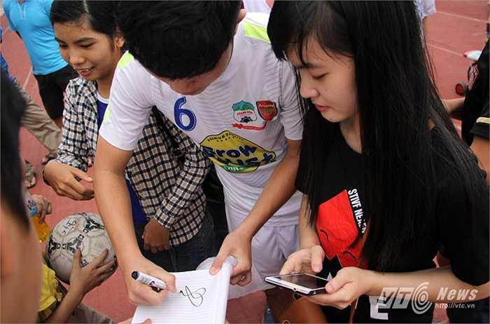 Xuân Trường ký tặng fan hâm mộ.