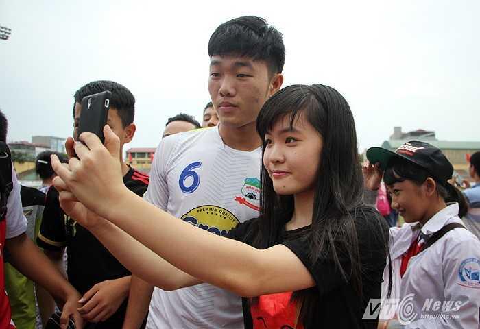 Anh cũng vui vẻ chụp ảnh cùng các fan.