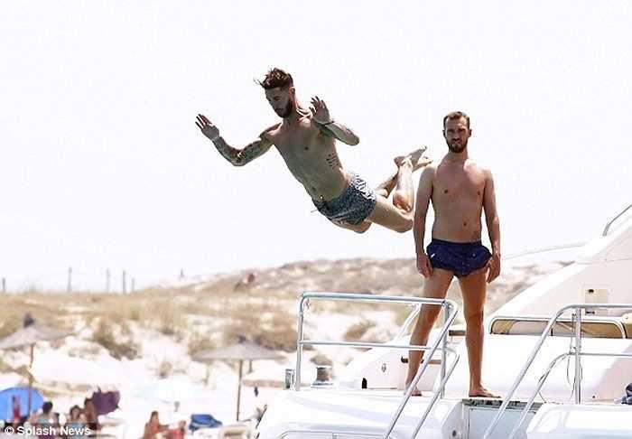 Trước ngày hội quân với Real Madrid, Sergio Ramos đã có những ngày nghỉ dưỡng tại hòn đảo Ibiza