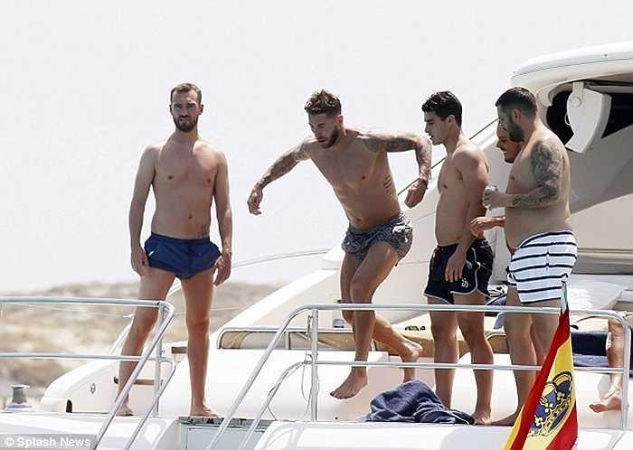 Tuy nhiên gạt bỏ tất cả, hậu vệ 29 tuổi ra biển để vui chơi cùng bạn bè
