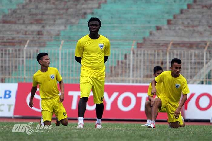 Ở trận đấu chiều mai, Thanh Hóa nhiều khả năng chỉ có 1 ngoại binh, một cầu thủ nhập tịch do trung vệ Van Bakel nghỉ chấn thương.