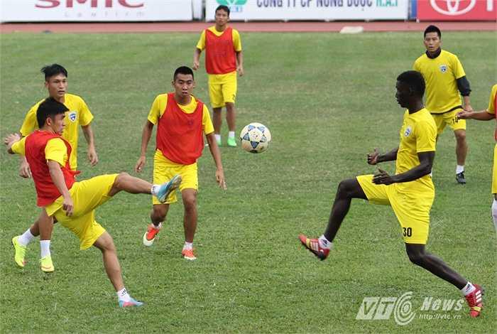 Thanh Hóa hiện chỉ kém B.Bình Dương đúng một điểm và đội bóng đất Thủ ngày mai phải làm khách trên sân của SBH Đà Nẵng.
