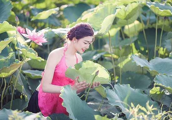 Khánh Ly là một trong những nữ sinh nổi bật của trường đại học Thủ Đô, Hà Nội bởi khuôn mặt xinh đẹp và thành tích học tập tốt.