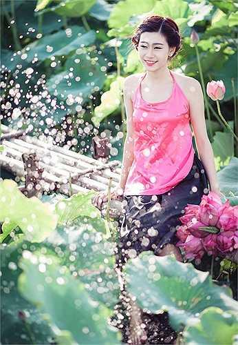 Vàomùa sen nở, Khánh Ly muốn ghi lại khoảnh khắc đẹp của mình nên đã thực hiện một bộ ảnh yếm đào bên sen
