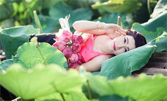 Bộ ảnh được ekip thực hiện trong nhiều ngày. Khánh Ly cho biết: 'sen là loài hoa đặc trưng của dân tộc, ào mùa sen nở rộ, mình thường đi chợ vào sáng sớm và lựa hoa về cắm'.